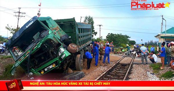 Nghệ An: Tàu hỏa húc văng xe tải bị chết máy