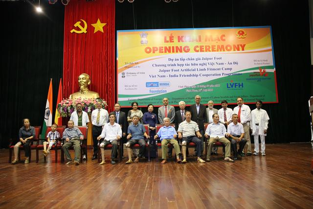 Ấn Độ trao tặng 500 bộ chân giả cho người khuyết tật Việt Nam