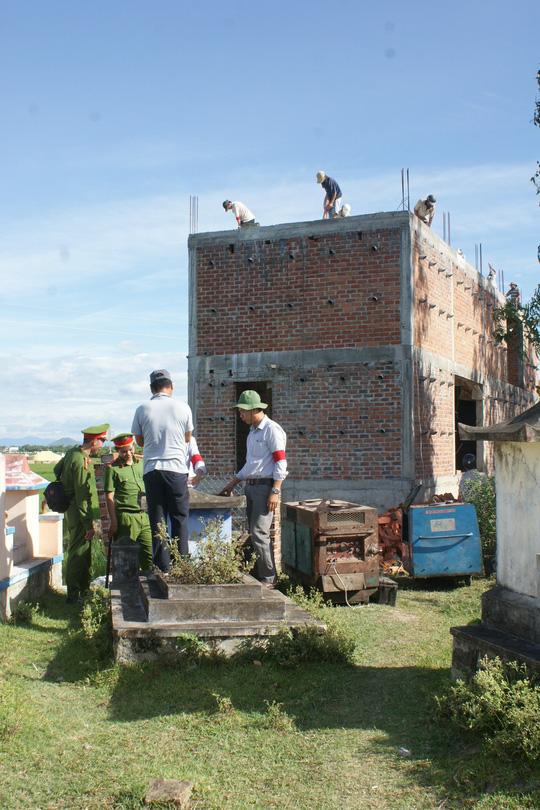 """Bình Định: Cưỡng chế nhà """"quan"""" thôn xây trên đất lấn chiếm"""