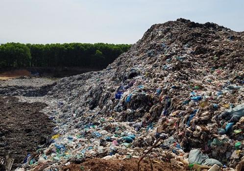 Thừa Thiên – Huế: Rác thải chất như núi, bốc mùi hôi khiến người dân bức xúc