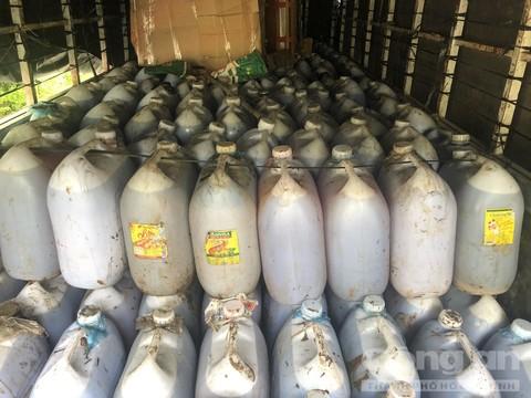 Hơn 6.000 lít dầu ăn loại thải sắp tuồn ra thị trường
