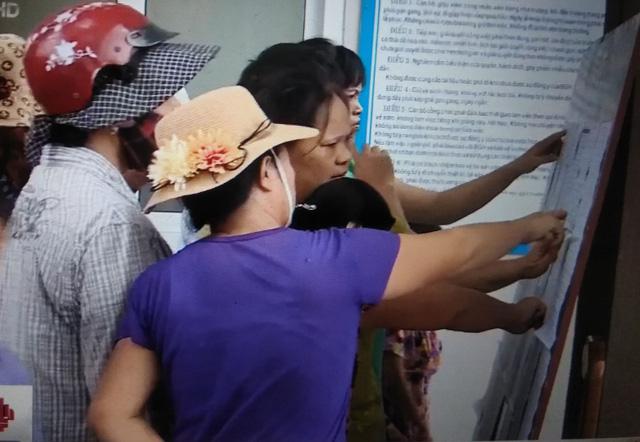 """Cổng Trường tiểu học Cao Bá Quát bị phụ huynh """"bao vây"""" vì phân tuyến"""