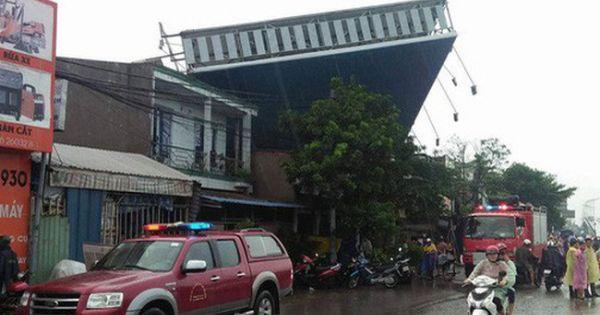 TP HCM: Biển quảng cáo khổng lồ đổ sập trong mưa, một người tử vong