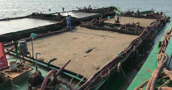 Bắt 2 sà lan đang hút trộm cát ngoài biển Cần Giờ
