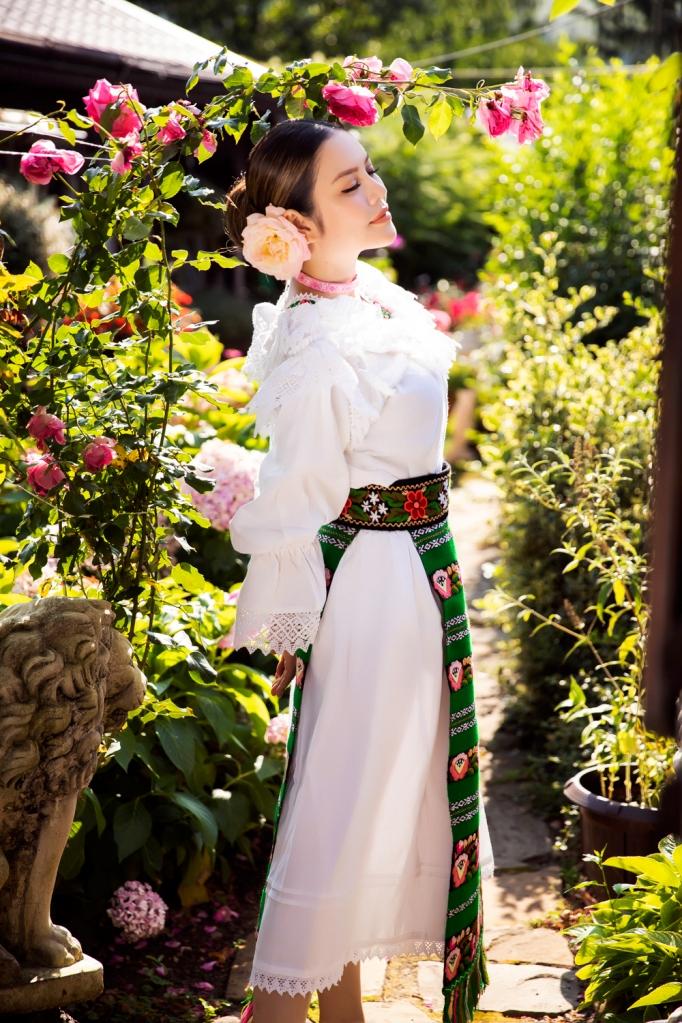 Lãnh sự danh dự Lý Nhã Kỳ xinh đẹp trong trang phục truyền thống của Romania