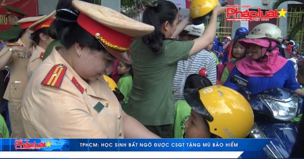 TP HCM: Học sinh bất ngờ được CSGT tặng mũ bảo hiểm