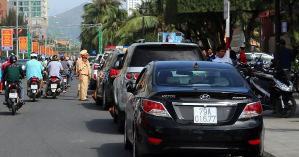 Nha Trang: Hàng loạt ôtô bị khóa bánh vì vi phạm