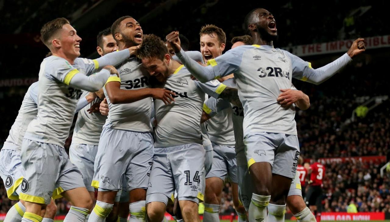 Đội bóng của HLV Frank Lampard tiễn Man United rời League Cup