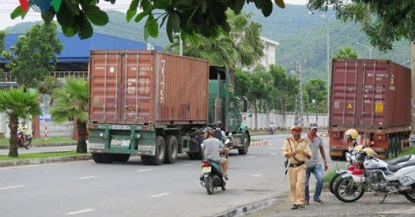 Đường vào cảng Tiên Sa biến thành bãi đỗ xe container