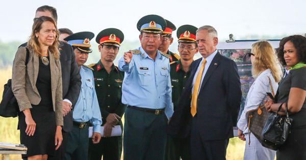Bộ trưởng Quốc phòng Mỹ làm việc tại sân bay Biên Hòa
