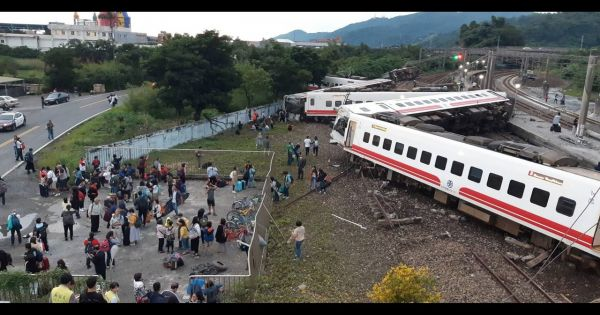 Tàu hỏa trật bánh ở Đài Loan, nhiều người thương vong