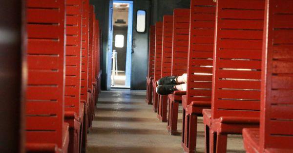 Cận cảnh chuyến tàu rời ga ở Hà Nội chỉ với 2 vị khách nước ngoài, lỗ 10 triệu đồng một ngày