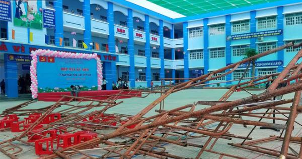 TPHCM: Giàn giáo sập trong lễ 20/11, nhiều học sinh bị thương