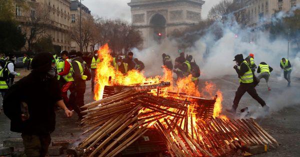 Bạo động bùng phát, Chính phủ Pháp xem xét dừng tăng thuế nhiên liệu