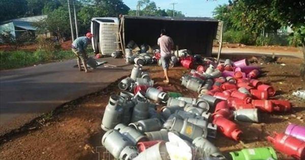 Lật xe tải chở gas, hàng chục bình gas rơi lăn lóc xuống đường