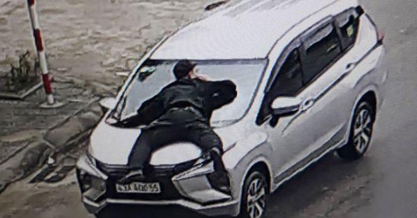 """Ngăn chặn taxi """"dù"""", nhân viên an ninh hàng không bị hất văng lên capo"""