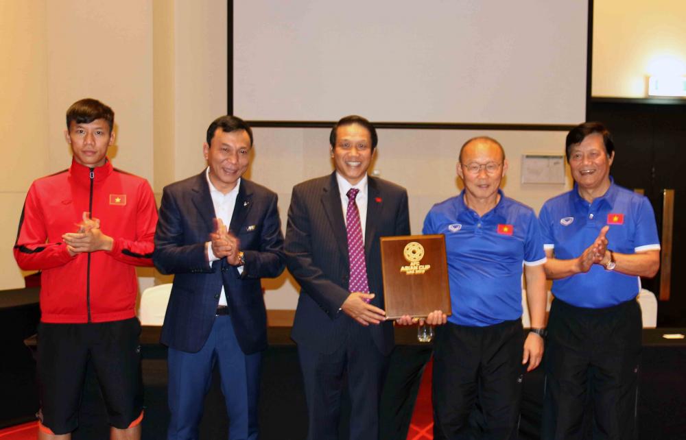 Đại sứ đặc mệnh toàn quyền Việt Nam tại UAE Trịnh Vinh Quang đến thăm tuyển Việt Nam trước trận xuất quân tại Asian Cup 2019