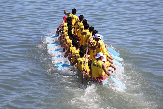 Rực rỡ sắc màu đua thuyền truyền thống trên sông Cà Ty