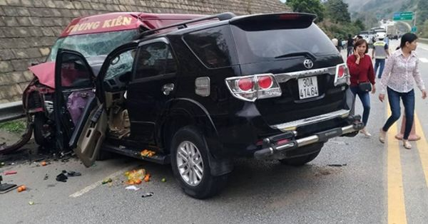 Xe khách va chạm xe 7 chỗ trên cao tốc Nội Bài – Lào Cai, 9 người bị thương