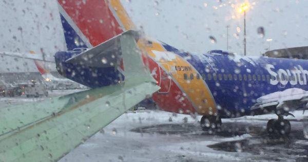 Máy bay Mỹ va quẹt trên đường băng vì thời tiết xấu