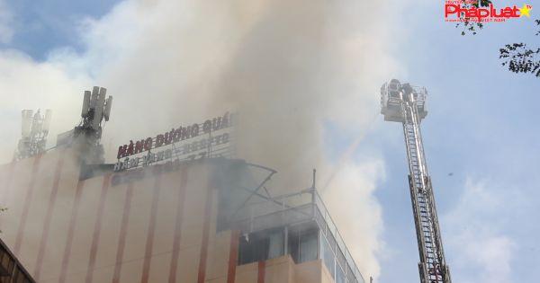 Cháy lớn tại cao ốc trên đường Nguyễn Huệ