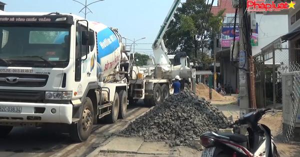 Kon Tum: Đậu đỗ xe trộn bê tông như vậy, sao bảo đảm an toàn giao thông?