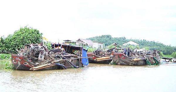 """CSGT đường thủy TPHCM bắt giữ """"cát tặc"""" đang hút cát trên sông Đồng Nai"""