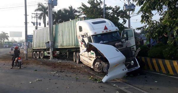 Tai nạn thảm khốc: Container tông vào ô tô, 5 người tử vong