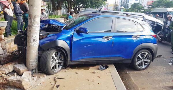 """Gia Lai: Xe ô tô """"điên"""" tông liên hoàn hàng loạt xe dừng ở đèn đỏ khiến 5 người bị thương nặng"""