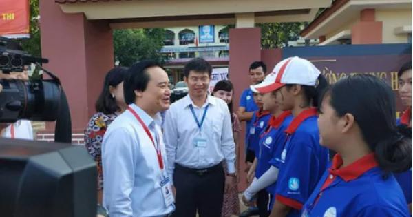 Bộ trưởng Phùng Xuân Nhạ đến kiểm tra kỳ thi tốt nghiệp tại Đắk Lắk
