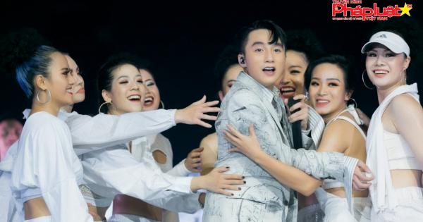 """Sơn Tùng M-TP """"hẹn ước"""" siêu ngọt ngào năm 30 tuổi tại Sky Tour Hà Nội"""