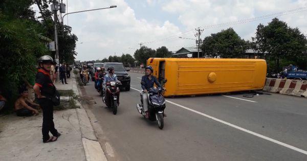 Xe ô tô chở 30 khách bất ngờ lật ngang đường khiến nhiều người hoảng loạn