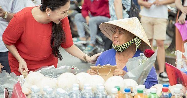 NSƯT Kim Xuân, ca sĩ Hà Thanh Xuân tặng quà cho người bán hàng rong nhân dịp Vu lan