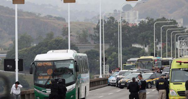 Brazil: Cảnh sát tiêu diệt hung thủ bắt cóc xe buýt, giải cứu 37 người