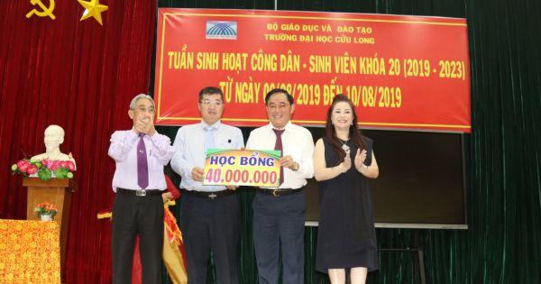 Doanh nhân Huỳnh Uy Dũng và CEO Nguyễn Phương Hằng giao lưu và trao học bổng cho tân sinh viên