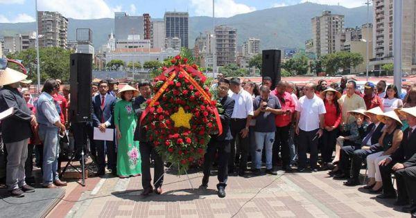 Người dân thủ đô Venezuela dâng hoa tưởng niệm Bác Hồ