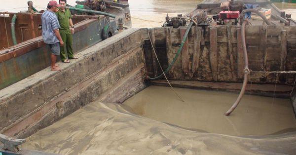 Bắt giữ 3 phương tiện hút cát trộm trên sông Tiền