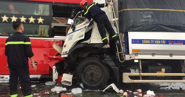 Nghệ An: Xe tải đâm xe khách, 1 người chết hàng chục người bị thương