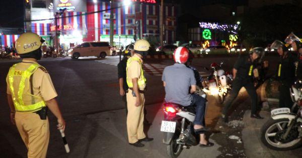 TP HCM: Cảnh sát Giao thông kiểm tra tất cả xe trên đường vào ban đêm