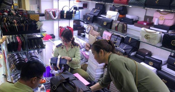 Đồng loạt kiểm tra hàng giả tại Hàng Bài, Bà Triệu, Tràng Thi, Hàng Khay