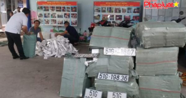 Ô tô bị nạn ngay cửa hầm Thủ Thiêm chứa hơn 15.000 gói thuốc lá lậu và dụng cụ