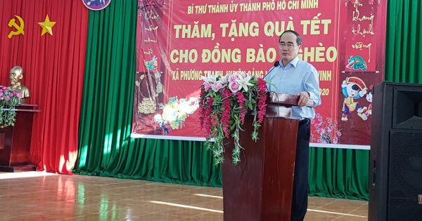 Bí thư Thành ủy Thành phố Hồ Chí Minh trao tặng hơn 100 phần quà tết cho hộ nghèo ở huyện Càng Long, tỉnh Trà Vinh.