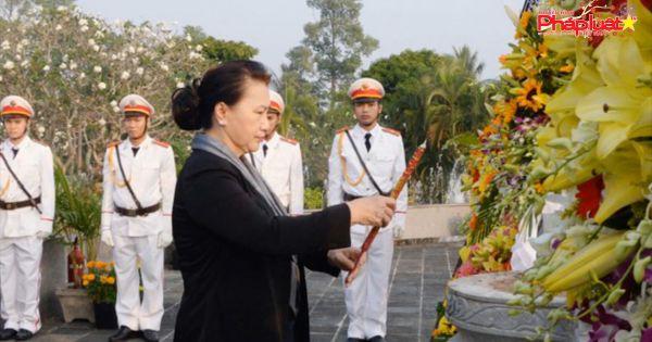 Chủ tịch Quốc hội dâng hương viếng Nghĩa trang Liệt sĩ tỉnh Bến Tre