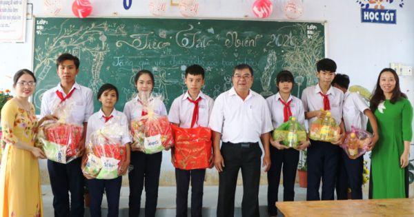 Ninh Thuận: Trao tặng hàng trăm suất quà tết cho học sinh nghèo