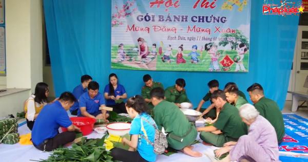 Gói bánh chưng xanh cho người nghèo biên giới đón Tết