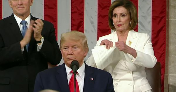 Sốc: Chủ tịch hạ viện Mỹ Nancy Pelosi xé đôi thông điệp Liên bang của TT Trump