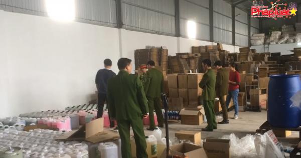 Tạm giữ 1.374 chai nước rửa tay khô chưa được công bố chất lượng tại Bắc Giang