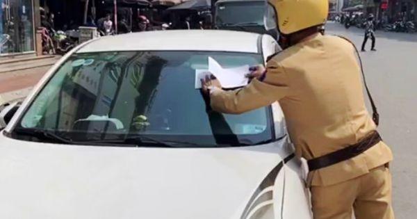 Hạ Long: Cảnh sát giao thông dán giấy phạt trên kính xe