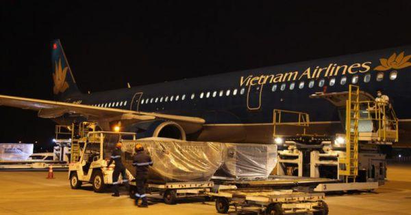 Việt Nam gửi 4,8 tấn hàng viện trợ giúp Lào chống dịch Covid-19