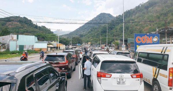 Hàng trăm ô tô 'chôn chân' nhiều giờ trên đường đến TP Đà Lạt